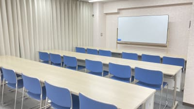 部屋の全体(2) - 多目的レンタルスペース心音 会議室、展示会、セミナー、英会話の室内の写真