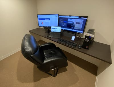 全部屋空調&PC完備。 Webカメラやヘッドセット等の無料レンタルも行っております。 - ネットカフェココネ テレワーク専用ルームの室内の写真