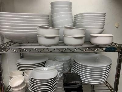お皿も各サイズ取り揃えております。 ※画像以外のお皿もあります。 - cafe bar Nagomi クラウドキッチン飲食店開業最適!の室内の写真