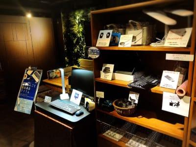生産性向上させる無料貸出備品も多数ご用意しております! - 安心お宿 新橋駅前店 コワーキングスペースの設備の写真