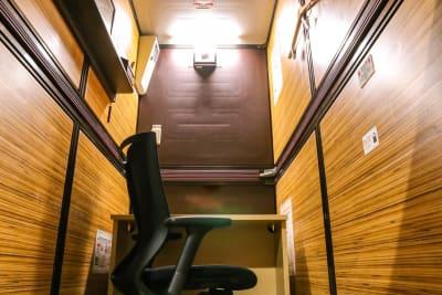 広々とした個室内では、Web会議などもご利用いただけます♪ - 安心お宿 新橋駅前店 コワーキングスペースの室内の写真