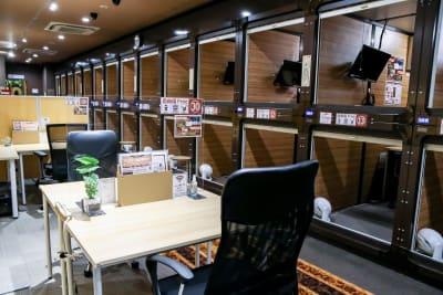カプセルホテルをテレワーク用カプセルにリニューアルしました! - 安心お宿 新橋駅前店 コワーキングスペースの室内の写真