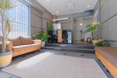 明るくキレイなエントランスです。 - Feel Osaka Yu [ クラシックリゾート会議室 ]の入口の写真