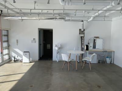 大容量の自然光とテーブルやイスなどの小物もあります。 - TRANSPARENTスタジオ フォトスタジオ、レンタルスペースの室内の写真