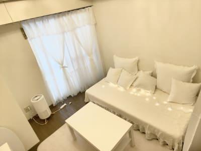 推しカラーが映える白い部屋 - NUMA部屋|梅田① 梅田 推し不在の誕生日会スペースの室内の写真
