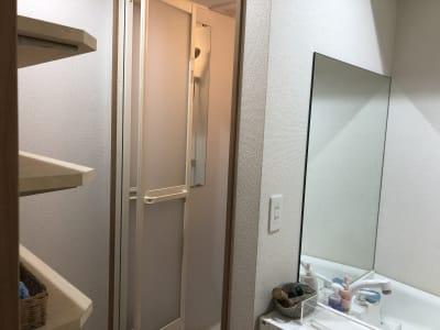 シャワーブースと着替えスペース - トーキョーグレートツアーズ カヤック体験付きワークスペースの設備の写真