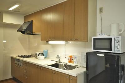 キッチン・冷蔵庫・電子レンジなどあります。 - きららつながりスペース 施術室・ヨガ・会議室の室内の写真