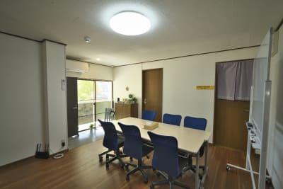 Wi-Fi機器も左側にあります。真ん中に扉の部屋のみ使用できません。右側扉は施術室です - きららつながりスペース 施術室・ヨガ・会議室の室内の写真