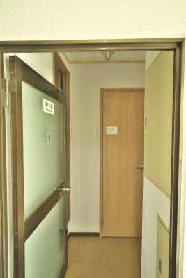 トイレは男女共有で2つあります。 - きららつながりスペース 施術室・ヨガ・会議室の室内の写真