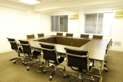 16名までご利用可能です! - Workmedi新宿 ワークメディ会議室Cの室内の写真