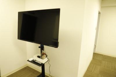 モニターは移動式です。 - Workmedi新宿 ワークメディ会議室Cの設備の写真