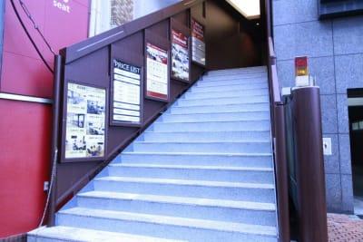 台形の階段が目印です。 - Workmedi新宿 ワークメディ会議室Cの入口の写真