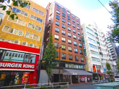 1階にセブンイレブンさん、お隣にバーガーキングさんがございます。 - Workmedi新宿 ワークメディ会議室Cの外観の写真