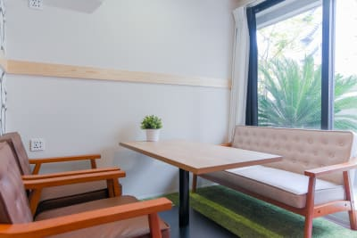 大きな窓から自然光が十分入り明るく、緑が心地良いスペースです。 - Feel Osaka Yu [ クラシックリゾート会議室 ]の室内の写真