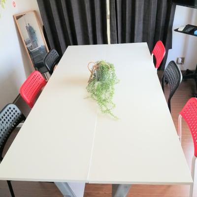 椅子6脚、机2台 - サンライフ伊川谷 サニースペース伊川谷の室内の写真