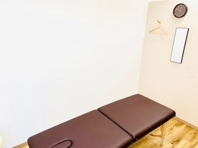 施術ベッド展開時(脚側) - CHALEUR MAISON サンダンカの室内の写真
