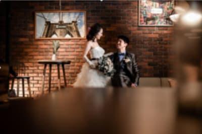 撮影事例④ 高さ3M×横12Mのレンガ壁をバックに撮影すると、まるで海外をイメージできます。 - アップタウンファニチャー サロンスペースの室内の写真