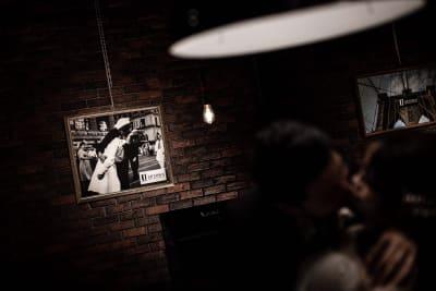 撮影事例③ 高さ3M×横12Mのレンガ壁をバックに撮影すると、まるで海外をイメージできます。 - アップタウンファニチャー サロンスペースの室内の写真