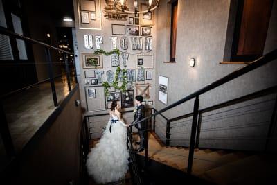 撮影事例② 階段の巨大壁面前はフォトスポット人気No. 1です。 - アップタウンファニチャー サロンスペースの室内の写真