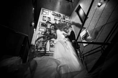 撮影事例① 階段の巨大壁面前はフォトスポット人気No. 1です。 - アップタウンファニチャー サロンスペースの室内の写真