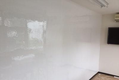 壁一面のホワイトボード - スモールポンド四ツ谷 自然光が入る会議室の設備の写真