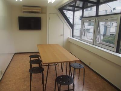 モニターと壁一面のホワイトボードが特徴です。 - スモールポンド四ツ谷 自然光が入る会議室の室内の写真