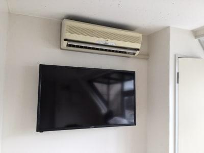 エアコンと40インチモニター - スモールポンド四ツ谷 自然光が入る会議室の設備の写真