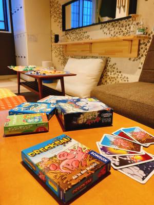 テーブルが2つあるので色んなゲームを楽しめます - ゲストハウス神戸なでしこ屋 元町駅近!ボードゲームルームの室内の写真