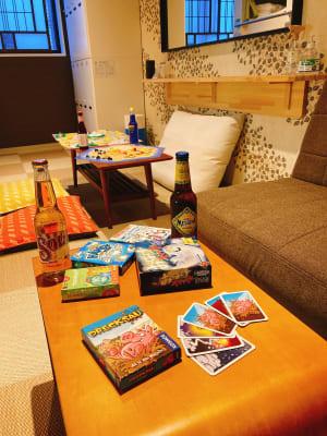 世界のドリンクも置いてます - ゲストハウス神戸なでしこ屋 元町駅近!ボードゲームルームの室内の写真