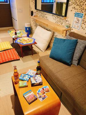 3名掛けのゆったりソファ - ゲストハウス神戸なでしこ屋 元町駅近!ボードゲームルームの室内の写真
