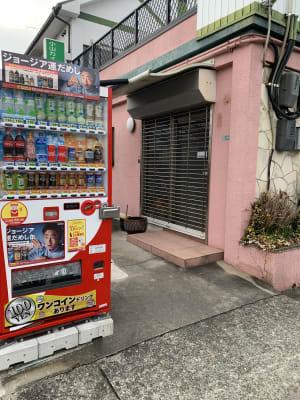 入口に自動販売機ございます。 - レンタルスペース「KAORI」 room2 多目的スペースの入口の写真
