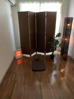 ●施術スペース エアコン完備で温度も快適 明るさもカーテンと照明で薄暗くも明るくも調整可 - 池尻リフレッシュRoom A-10号室の室内の写真