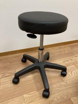 キャスター付きイスで座位での施術も可能です。 - simple三鷹 施術専用レンタルサロンの設備の写真
