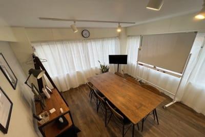 ホワイトボードあり。Web会議やオンラインセミナーなどにもおすすめです - 【forspace代々木Ⅱ】 多目的スペース(4F)の室内の写真