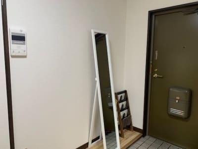 入口すぐには姿鏡をご用意しています♪ - AXA舟入 多目的スペース【703】の入口の写真