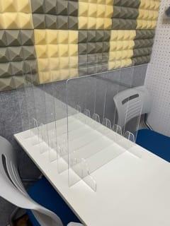 アクリル板を使用後は写真のように元の位置へお戻しください。 - HALレンタルスペース Aルームwifi無料 塾、教室等の室内の写真