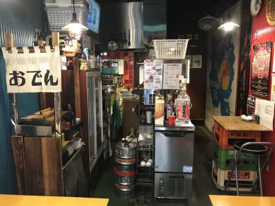 冷蔵庫、冷凍庫、ガスコンロ2台、フライヤー、炊飯器、製氷機、ビールサーバー、ソーダサーバー、WiFi完備 - でんでん串阿佐ヶ谷店 レンタル居酒屋の室内の写真