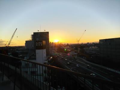 撮影スペース1からの夕日 - 都内 マンション屋上 世田谷区 マンション屋上スペースの室内の写真