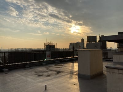 撮影スペース2からの夕日 - 都内 マンション屋上 世田谷区 マンション屋上スペースの室内の写真