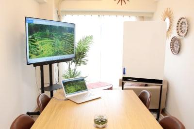 大型モニターでPCを使った会議、プレゼンにぴったりです。 - 高田馬場スペース Asian space 高田馬場の室内の写真