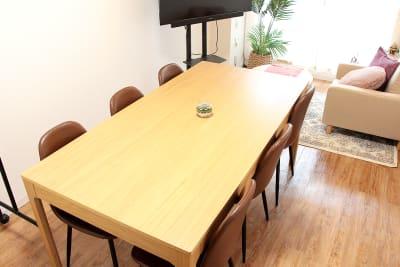机のサイズは180㎝×90㎝で6人掛けでも十分な広さです。 - 高田馬場スペース Asian space 高田馬場の室内の写真