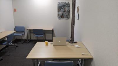 机のレイアウトはご自由に変更いただけます。 - 勉強カフェ博多プレース 会議室 セミナールームの室内の写真