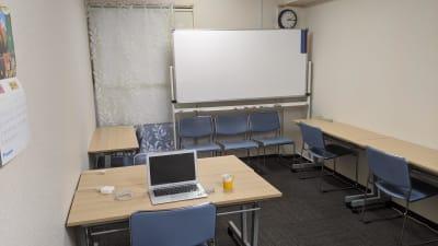 普段はセミナールームとして利用される広めの空間を独り占めできます。 - 勉強カフェ博多プレース 会議室 セミナールームの室内の写真