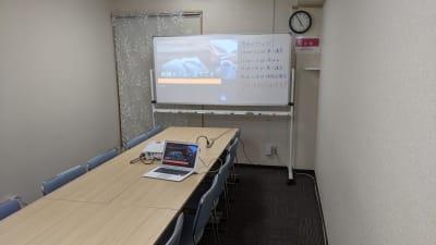 複数人で会議室として利用するのにも最適です。(プロジェクターの貸出は有料オプションです。) - 勉強カフェ博多プレース 会議室 セミナールームの室内の写真
