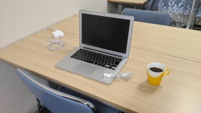 電源・WiFi・フリードリンクあります。 - 勉強カフェ博多プレース 会議室 セミナールームの室内の写真