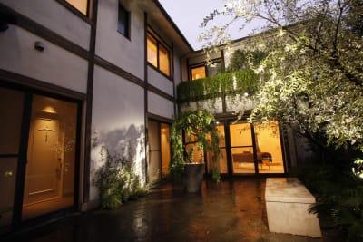 夜の中庭(1階から) - アユアラングレース レンタルエステサロンのその他の写真
