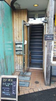 ビル1F入口に、店舗の看板があります - 喫茶パティクロ おしゃれなコワーキングスペースの外観の写真