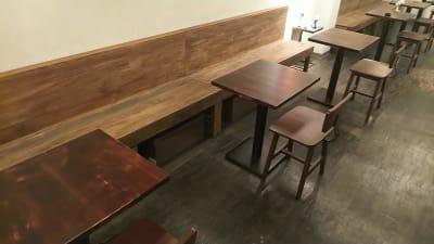 カウンター手前のベンチート3席が利用できます - 喫茶パティクロ おしゃれなコワーキングスペースの室内の写真