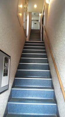 ビル1Fの階段を2Fまで上がってください - 喫茶パティクロ おしゃれなコワーキングスペースの外観の写真