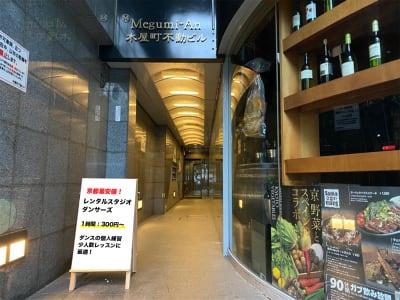 1階にsamasamaというスペイン居酒屋があるビルの入り口を入って突き当たりにあります。 - レンタルスタジオ「ダンサーズ」 Aスタジオの入口の写真